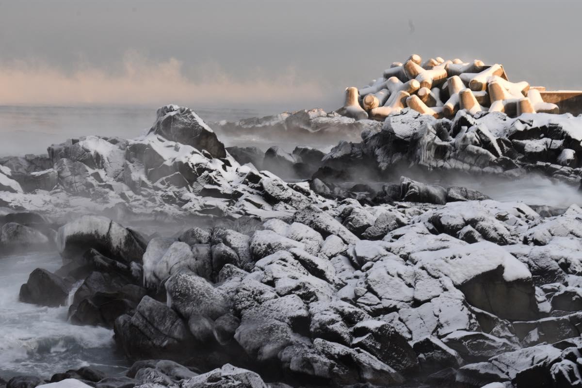 凍てつく冬。海面温度との気温差で発生する「気嵐(けあらし」。無風の早朝にだけ見られる自然美。留萌市黄金岬