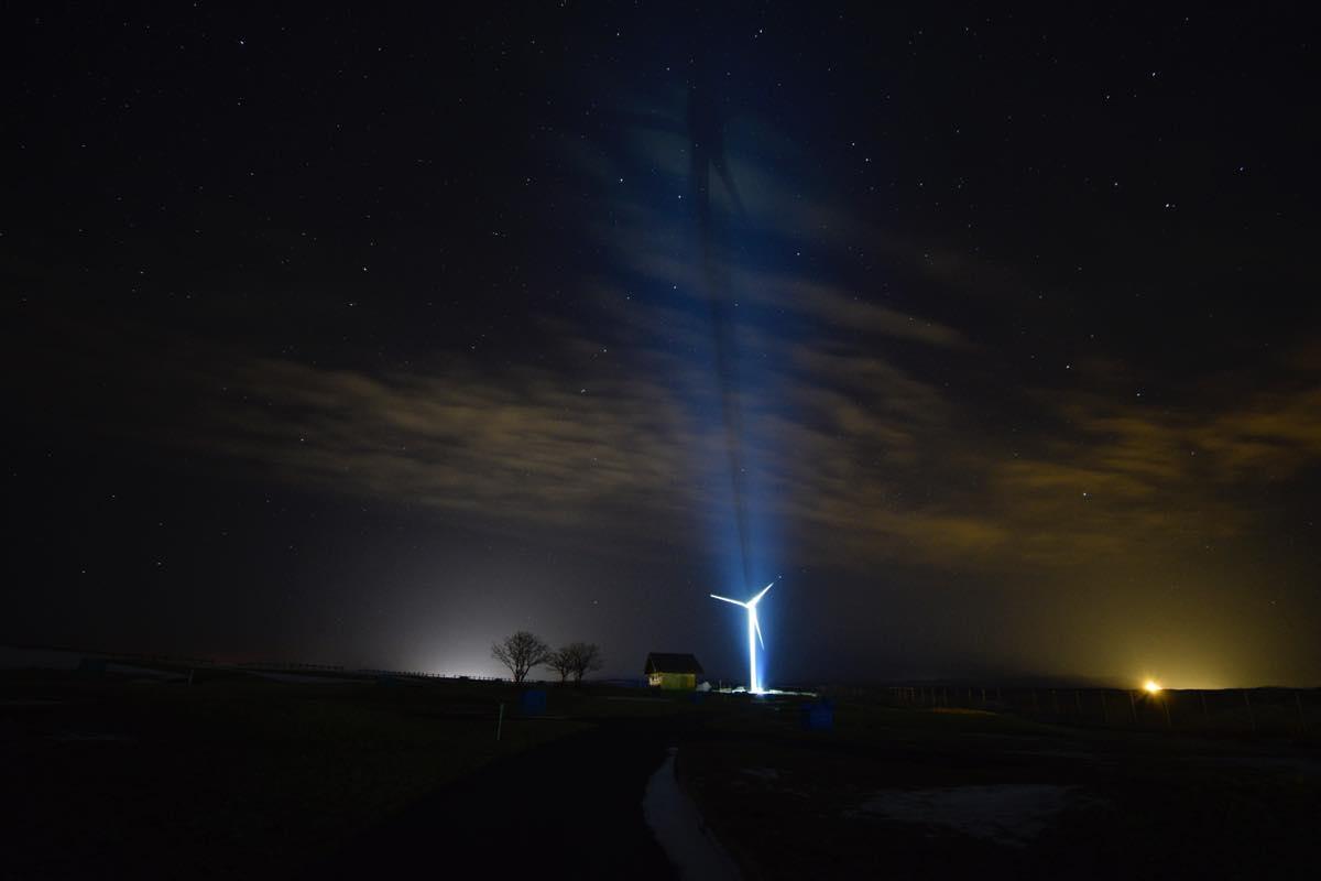 風力発電ライトアップ。とままえ夕陽ヶ丘キャンプ場